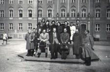 Pracownicy Wydziału Opieki Społecznej z prezydentem Piotrem Zarembą przed gmachem Urzędu Miejskiego