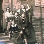 p.Krystyna (z prawej u góry) z koleżankami z klasy przed wejściem do szkoły (I LO)