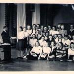 Chór szkolny I LO - od lewej dyr. J. Szczerska i Bronisław Leduchowski - prowadzący chór