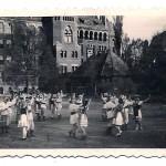 Występy uczniów I Gimnazjum i L.O. na dziedzińcu szkolnym (1948 r)