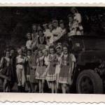 Zespół taneczny na podwórku szkolnym, p. Szpetkowska stoi po prawej stronie dyr. J. Szczerskiej