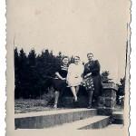 p. Helena Damulis (mama p. D. Szpetkowskiej)- w środku z p. dyr. Janina Szczerską (po lewej) – 1946 r