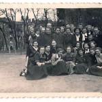 ks. Edward Koryl z uczennicami I L.O. na dziedzińcu szkolnym